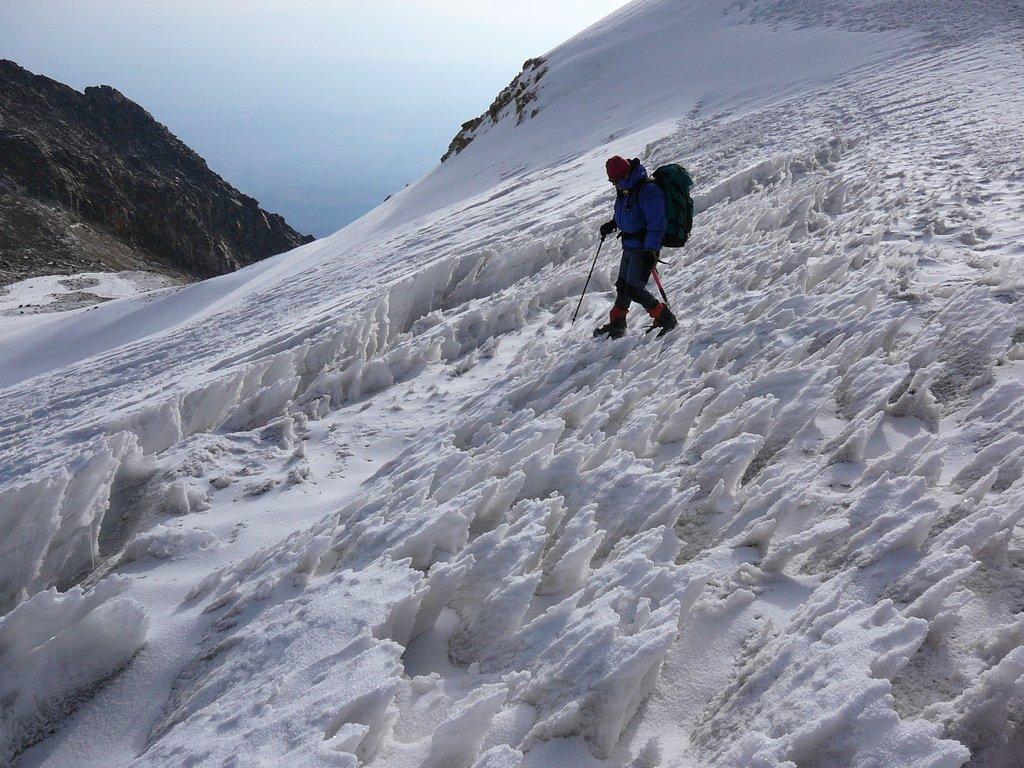 Visitante bajando por la ladera del volcan Iztaccíhuatl